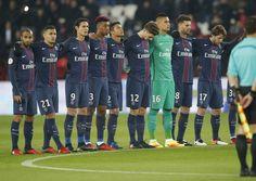 Jogadores do PSG fazem um minuto de silêncio em jogo com Angers (Foto: Michel Euler/AP)