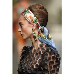 Coiffure avec foulard annees 50
