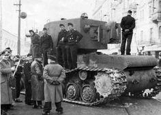 Berlín  principios d 1942 desfile y exhibición d equipo enemigo capturado en frente oriental soviét KV-2 tanq pesado