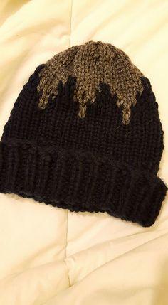 Gorro con picos bicolor tejido en telar por Bego A.