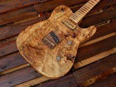 """Una chitarra al limite del legno fossile. L'intervento dell'uomo ridotto al minimo indispensabile. Un pezzo unico. Io ho osato costruirla…. qualcuno oserà suonarla ? Corpo in pioppo, monoblocco, finito a olio Manico in acero, 21 tasti jumbo, raggio 9,5″, Profilo """"fat"""", finitura nitro. Pickup al manico """"crossroad"""" Alnico 5, tapped. cover in ottone; al ponte …"""