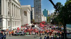 Concentração na praça Santos Andrade, em 2015, para marcha dos educadores do PR, na luta por seus direitos constitucionais.