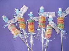 jujubas coloridas colocadas em um palito (deve até existir isso pronto), embalados em plástico transparente e fitas