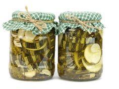 Соленые кабачки-----------------------Солёные кабачки не менее вкусны, чем солёные огурцы. Они тоже имеют характерный, любимый всеми хруст и служат прекрасной закуской. К засолке пригодны молодые кабачки с нежной кожицей, слабо развитыми семенами и плотной упругой мякотью. Засолку можно делать и в бочках, и в стеклянных емкостях по «огуречной» технологии.  Рецепт солёных кабачков На 3-х литровую банку Кабачки — 3-4 штуки Лист хрена — 25-30 см Укроп -2 крупных зонтика с семенами Листы чёрной…