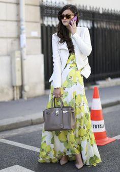 L'abito lungo stampato diventa più adatto al giorno che alla sera se lo indossi con un giubbino in pelle bianco e una maxibag.