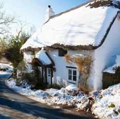 A thatched cottage in snowy conditions, Lustleigh, Dartmoor National Park, Devon, Great Britain (Nigel Hicks / Alamy Stock Photo) Irish Cottage, Cute Cottage, Cottage Style, Cabana, Country Living Uk, Dartmoor National Park, English Country Cottages, English Village, Cottage Christmas