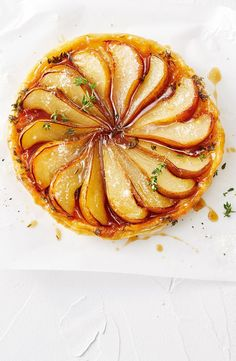 Pear and parmesan tarte tatin Tart Recipes, Snack Recipes, Dessert Recipes, Cooking Recipes, Fancy Desserts, Delicious Desserts, Yummy Food, Sweet Pie, Sweet Tarts