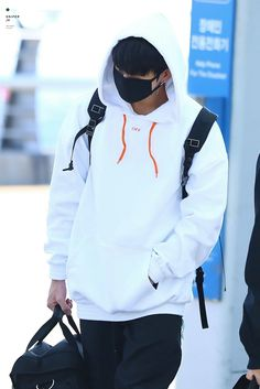 I'm living for Jungkook wearing hoodies. Jung Kook, Looks Style, My Style, Rapper, Airport Style, Airport Fashion, Bts Airport, Bts Photo, Album