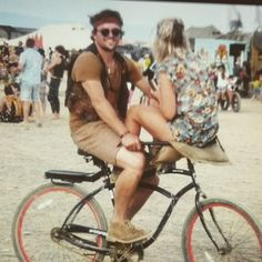 Me and my human rocking one bike in the desert #africaburn #crazylove #als is reg hier ♡  @fabiomarcoandco