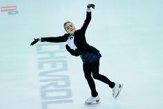 Хоккею танцы не помеха: Елена Радионова выступила в перерыве матча ЦСКА - «Динамо»