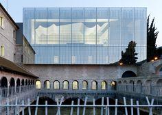 Arquitetos franceses construíram a sala de concertos da Escola de Música Louviers, na França, em cima de um antigo convento do século XVII. O resultado ficou incrível! Fonte: dezeen