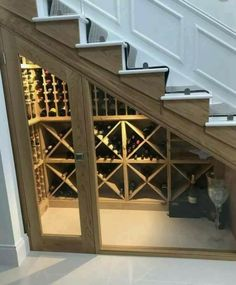Cave à vin sous escaliers