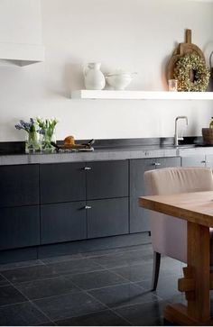 Prachtige zwarte keuken. Wel met witte muur voor de balans