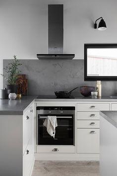 Köksinspiration - vackert kök med köksö i köksluckan Bistro och färgen Ostronbeige. | Ballingslöv