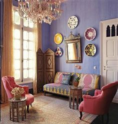 エキゾチックな配色でまとめあげられたリビングは、ガーリーな中にエレガントな雰囲気が漂います。こうしてお皿を壁に飾るスタイルもモロッコが発祥だとか。