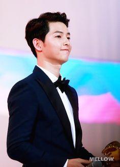 Mê mệt với clip Song Joong Ki quá đẹp trai khi nhận giải tại SIA 2016 - Ảnh 1.