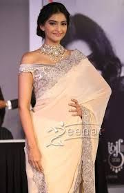 Here you can see and enjoy sonam kapoor 9 pictures in white saree.Sonam kapoor looks perfect in white saree and in these pictures her body looks very hot and sexy.Stunning young face of sonam kapoor in whire saree pictures looks stunning. Indian Attire, Indian Outfits, Indian Clothes, Indian Wear, Indian Saris, Sonam Kapoor Saree, White Saree, Peach Saree, Sari Blouse Designs