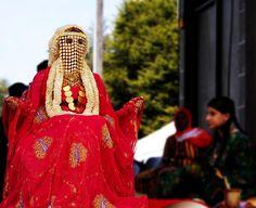 Saudi woman dressed in traditional bride dress | © Greg Ari