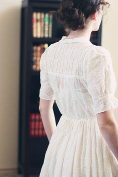 Alyssa Young: weißes Kleid mit Stickerei