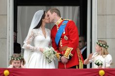 William and Kate's first public kiss as married couple on the Buckingham Palace balcony, 29 April 2011, London, GB | Photo:George Pimentel