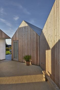 Summer House in Denmark by Jarmund/Vigsnæs Arkitekter Modern Barn, Modern Farmhouse, Architecture Résidentielle, Wooden Facade, Timber Cladding, Bungalows, Coastal Homes, Little Houses, House In The Woods