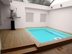 Klein privé zwembad met houtafwerking
