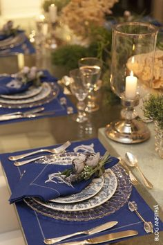 Elegante mesa (looks great, but not sure about the master butter knife in the place setting) Mais Blue Table Settings, Table Place Settings, Elegant Table Settings, Beautiful Table Settings, Dinning Table, Table Arrangements, Deco Table, Decoration Table, Party