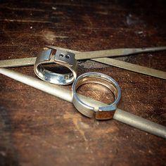 Trauringe Gold/Silber. Damenring mit zwei schwarze Diamanten #handmade #brillant #Diamanten #Gold #Silber