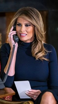 First Lady Melania Trump talking to a child on Christmas Eve 2018 - business credit card Milania Trump Style, Divas, Melania Knauss Trump, Trump Hair, Malania Trump, First Lady Melania Trump, Trump Melania, Best Hair Straightener, Hair Today