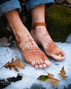 Henna is the most traditional part of weddings throughout India. Let us go through the best henna designs for your hands and feet! Mehndi Designs Feet, Cool Henna Designs, Stylish Mehndi Designs, Mehndi Design Photos, Latest Mehndi Designs, Bridal Mehndi Designs, Henna Tattoo Designs, Bridal Henna, Henna Ink