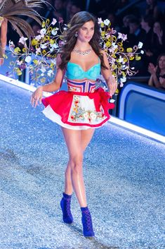 Luxe Runway #Style: See the best looks from the 2016 Victoria's Secret #Fashion Show | Sara Sampaio | The Luxe Lookbook #VS #lingerie #sexy #VictoriasSecret