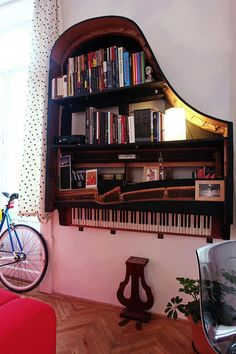 Creative Old Piano Repurposing Idea. Give your old piano a new life, and showcase your artwork to your friends. piano decor, home diy made, Vieux Pianos, Sweet Home, Old Pianos, Diy Casa, Home And Deco, Design Case, My Dream Home, Diy Furniture, Unique Furniture