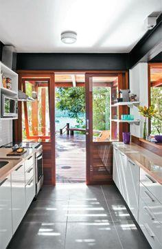 Interessante esta cozinha... Clara, bem distribuída, integrada com a natureza! Adorei!