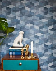 Our wallpaper Karlo is a real eye-catcher. With it's cube effect in a blue denim design, it is without doubt a graphic masterpiece. Geometric Wallpaper, Cool Wallpaper, Pattern Wallpaper, Color Shades, Shades Of Blue, Basic Colors, Textiles, Textile Design, Decorative Boxes