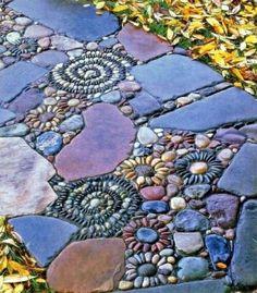 Mosaic in the garden - 13 charming designs with Mosaik im Garten – 13 bezaubernde Designs mit Schwung Mosaic in the garden stone flowers, colored stones - Pebble Mosaic, Mosaic Diy, Mosaic Garden, Rock Mosaic, Mosaic Ideas, Mosaic Walkway, Mosaic Stones, Mosaic Patterns, Tile Ideas