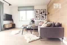 Drewniane deski, jakimi wyłożono jedną ścianę w salonie, wprowadzają do wnętrza bardzo naturalny charakter. Ocieplają...