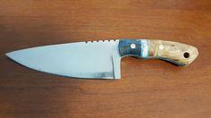 Pugnale in acciaio semiinossidabile D2 da 8 mm. Lavorato in modo particolare termicamente. Temprato in olio. Manico in legno di olmo e resina. Perni-pin in ottone.