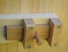 Verrou de porte en bois de nos toilettes sèche d'extérieur fabrication artisanal, en France.