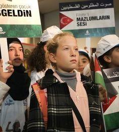 """Ortadoğu'nun kanayan yarası Filistin'de korkusuzca İsrail askerlerine kafa tutarak dünya gündemine oturan cesur kız çocuğu Ahed Tamimi, Başakşehir Belediyesi'nin davetlisi olarak İstanbul'a geldi. Başakşehir Belediyesi tarafından kendisine verilecek olan """"Hanzala Cesaret Ödülü""""nü alacak olan Ahed Tamimi'yi hava...      Kaynak: http://www.kartal24.com/2012/12/page/4/#ixzz2IXe9Buw4"""