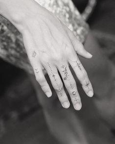 Finger Tattoo Designs, Hand And Finger Tattoos, Finger Tattoo For Women, Hand Tattoos For Women, Delicate Tattoos For Women, Dainty Tattoos, Cool Small Tattoos, Jagua Tattoo, Sexy Tattoos