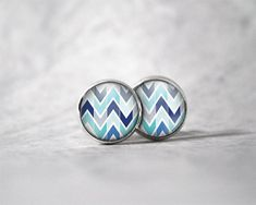 Boucles d'oreilles cabochon 12 mm / Motifs zig zag | Etsy Canadian Holidays, Weekend Days, Cabochons, Pretty Hands, Zig Zag Pattern, Color Calibration, Motifs, Earrings, Handmade