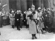 Volkstrauertag am 25. Februar 1934 in Berlin. Reichspräsident von Hindenburg und der Reichskanzler verlassen das Ehrenmal Unter den Linden