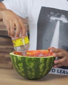 Melancia Atômica 2  Esse é para os fortes hein? Você encara?  #bebidaliberada #melancia #melanciaatômica #corote #drink #drinks #coquetel #coquetelaria