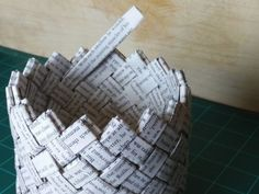 Un panier fabriqué avec un livre recyclé | Oui Are Makers Crafts For Teens, Diy And Crafts, Teen Crafts, Easy Crafts, Diy Paper, Paper Crafts, Art For Kids Hub, Book Page Crafts, Paper Weaving