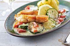 Schnelle Zucchini-Fisch-Pfanne Rezept in die soße noch ein EL körniger Senf & nen guter Schluck Weißwein Lachsfilet zuerst auf Hautseite in Pfanne anbraten. Die Soße dann darin zubereiten.