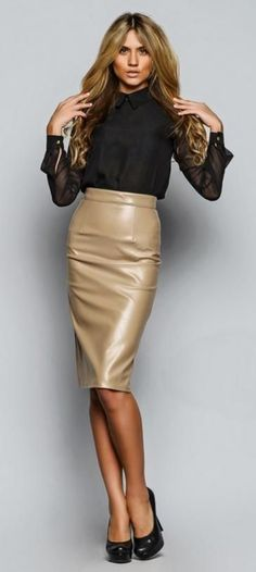30 Leather Skirt Outfit Ideas For Every Fashionista -Relaxwoman Sexy Skirt, Dress Skirt, Sexy Outfits, Secretary Outfits, Sexy Rock, Pencil Skirt Outfits, Pencil Skirts, Mode Glamour, Leder Outfits
