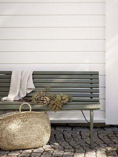 Enhetliga färgkombinationer lönar sig - Jotun e-magasin Backyard Furniture, Outdoor Furniture, Outdoor Decor, Furniture Ideas, Outdoor Spaces, Outdoor Living, Wooden Facade, Best Paint Colors, Wooden Decks