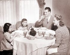 Family-Dinner-without-TV-1950s