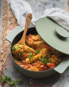 Stoofpotje met kip en paprika, om je vingers bij af te likken! Crockpot Recipes, Soup Recipes, Chicken Recipes, Healthy Recepies, Good Food, Yummy Food, Dutch Recipes, Happy Foods, Pinterest Recipes