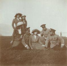 Tsar Nicolau II com suas filhas as Grã-duquesas Olga Nikolaevna, Tatiana Nikolaevna, Marie Nikolaevna e Anastasia Nikolaevna e Capitão Nikolai Pavlovich Sablin, Crimeia, 1914.